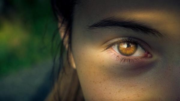 Stosowanie dobrego kremu ujędrnia skórę wokół oczu